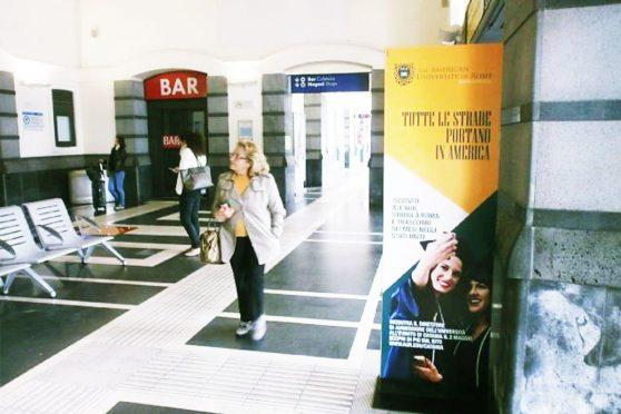 europemedia_comunicazione_nelle_grandi_stazioni_american_university_of_rome_totem_catania