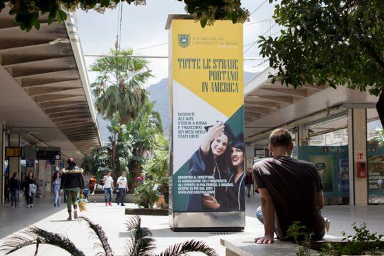 europemedia_comunicazione_nelle_grandi_stazioni_american_university_of_rome_totem_pubblicitariario