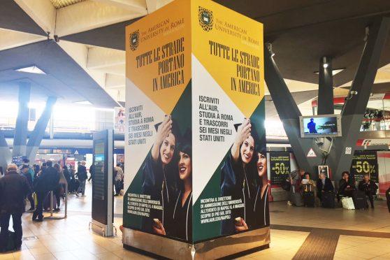 europemedia_comunicazione_nelle_grandi_stazioni_american_university_of_rome_totem_pubblicitariario_napoli